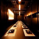 《こだわりの内装》神秘的な空間を演出する照明やインテリアにこだわりました☆夜景を眺めながら飲み放題コースでゆったりと美食をご堪能下さい♪【期間限定】飲み放題が今なら1480円⇒980円とリーズナブルに愉しめる!厳選食材と共にご堪能できます。大事な方々と自慢の空間で大切なひと時をお楽しみ下さい。