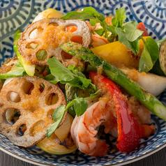 料理メニュー写真海老とグリル旬菜のサラダ