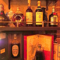 棚にはレアなボトルが多数飾ってあります。