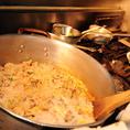 【こだわりのベーキライス】筍、玉葱、椎茸、しめじ、コーンなど8種類の野菜を米と一緒にブイヨンで炊き上げ、一晩寝かせます。こうすることで米の芯まで味がしみこみうまみが十分広がります。また適度に水分が飛ぶことでトマトソースとの絡みもよくなり、いわゆるチキンライスと食べ比べればすぐにその違いが分かります。