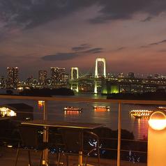 レインボーブリッジと東京湾を一望できる、お台場でも有数と言って良い特等席です。