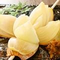 料理メニュー写真丸ごと玉葱の藁燻