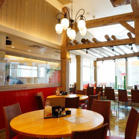 店内は天井が高く、開放感のある空間。半個室も30席あります。