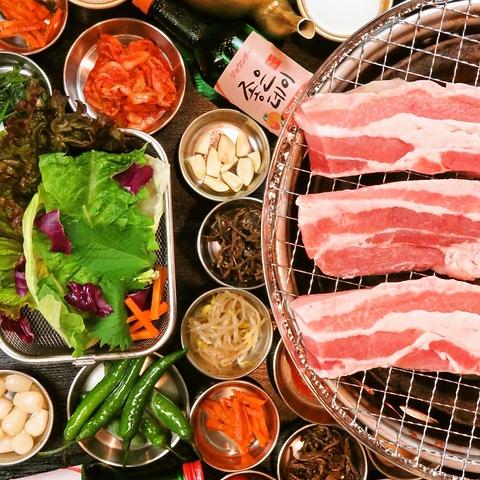 分厚いお肉の余分な油は炭火で落とし10種の新鮮野菜で包んで食べる新感覚!!