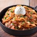 料理メニュー写真粗挽き肉とクリームチーズの濃厚トマトパスタ