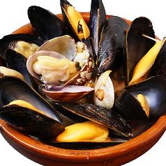 料理メニュー写真ムール貝とアサリの白ワイン蒸し