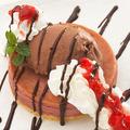 料理メニュー写真ベイクドカシスチーズケーキにミルキーショコラアイス
