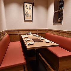 貸切は10名様~◎貸切や大人数でのご宴会にも適した横並びのテーブル席となります。着席時は最大50名様、立食時は最大80名様までご利用いただけます。