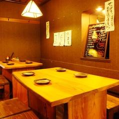 気軽に楽しめる雰囲気のテーブル席。立ち飲み間隔な少し高めの椅子とテーブルが◎
