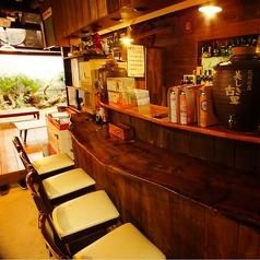 地元の常連さんとの会話も楽しめるカウンター席も人気♪目の前にボトルがずらりと並び、沖縄のローカル感満載のお席です。お一人様でもご利用いただきやすいお席です。