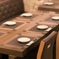 【落ち着きのある店内でお食事を テーブル席】少人数利用にも最適なテーブル席ございます。各種ご宴会におすすめのコースは全12品1,880円~!お得な食べ放題付コースですと、全13品 2,680円~ご用意しております。お洒落なインテリアで揃えた落ち着きのある店内でゆったりとお食事をお楽しみください。