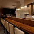 調理しているところが目の前でみえるカウンター席は高級感抜群。間近で料理人の手仕事が見える楽しいお席です。