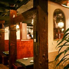 太い木の柱…漆喰の壁…アーチ型の飾り窓…アンティークな天井からの吊り照明など古いヨーロッパの街並みのような雰囲気の店内にはプライベート感あるテーブルが点在しています。