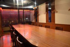 30名様までOKな個室。円卓のテーブル。
