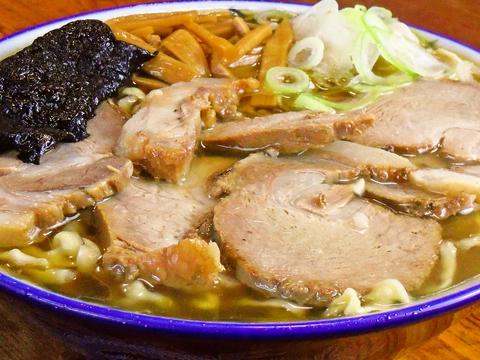 縮れた麺とスープとの絡みは、一度食べたらクセになる美味しさ!山形で人気のお店。