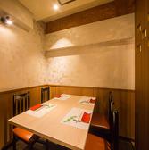 【ゆったりと寛げるテーブル席】ごゆったりと寛げるテーブル席をご用意しております。1卓は半個室となっておりプライベート空間でご利用いただけます。