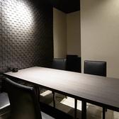 最大6名までご利用可能な個室のお席です。周りを気にせず、大切なお時間をお過ごしいただけるよう、完全個室となっております。デートや接待、記念日など、高級感あふれるお席はシーンを選びません。