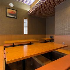 2F ご家族やご友人とゆっくりお過ごしいただける掘りごたつの2名テーブルのお席です。※お写真は4名テーブルになります。