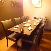完全個室のテーブル席です。白と黒のコントラストが落ち着いた空間を作り出しています。接待・コンパと幅広くご利用いただけます。ひと部屋しかございませんのでご予約はお早めにお願いします。