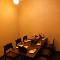 照明が心地良い雰囲気を演出!2名~6名OK!各テーブル、ロールスクリーンで仕切られた個室席!