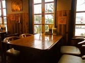 陽の光もキモチの良い4名様用テーブル席ございます。