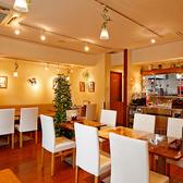 清潔感のあるフロアには、4名様向けのお席を2卓、2名様向けのお席を1卓ご用意しました(レイアウト変更可能)。白い壁とフローリングのコンビネーションが、気さくでリラックスできる空間を演出。ご自宅のように会話の弾む楽しい時間をお過ごしください。少人数の宴会やデート、ご家族の集まりなどにおすすめです。