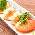 料理メニュー写真フレッシュトマトとモッツアレラのカプレーゼ