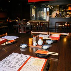 一体感のある空間で楽しみながらお食事ができます。テーブル席になっておりますのでゆったりとお過ごし下さい。