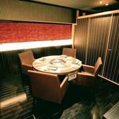 【個室】円卓テーブル式の個室2から7名席が3室です。間仕切りを外すと最大20名様収容可能です。企業接待などで特に好評を頂いています