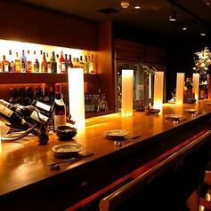 地下バーカウンターテーブル席です。おしゃれなカウンター席はお酒も進むこと間違いなし!友達との気軽な飲みやデートにもおすすめです。