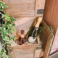 装飾にもこだわり有り!ワインの空ボトルが店内にたくさん!何本あるのだろう・・・