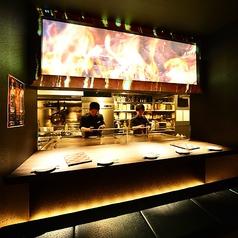 プロジェクションマッピングのあるオープンカウンター席!料理人達が目の前で調理し、出来たてのお料理を提供します。
