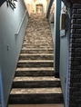 青い壁とレンガ造りの階段が目印です♪