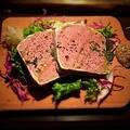 料理メニュー写真豚肉と白レバーのパテ