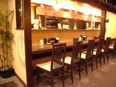 常連さんに人気のカウンター席は、料理人との会話も楽しめる特等席。お一人でも気軽にどうぞ…。