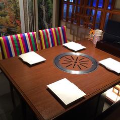 テーブル席で炭火焼肉も韓国料理もお楽しみいただけます
