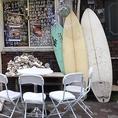 《うみの家》は「うみのや」と読みます。サーフボードやテラス席は、まるで本当に「海の家」にいるよう。。[蒲田 蒲田駅 ワイン 刺身 鮮魚 牡蠣 居酒屋 宴会 スパークリングワイン 日本酒]