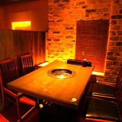 【テーブル席】少人数から12名様までご利用可能なテーブル席。気心知れた仲間と、バラエティ豊かな内容のお肉に舌鼓を打ちながら美酒を酌み交わす時間は至福のひと時。カップルや、ご家族、お仲間内など、様々なシーンでご利用ください。