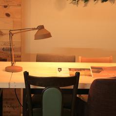 【3名から25名予約席】人気の入口側テーブル席は最大25名様まで!大切なあの人に用意したDVDも流せる♪
