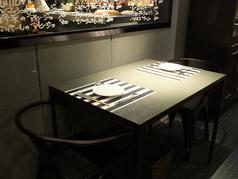 対面でご利用いただける二人席もございます。お席のアレンジも自由なので、4名様や6名様にも対応可能です!