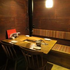 【デート、接待、歓送迎会に◎】ウッディで落ち着いた雰囲気のある完全個室は1部屋につき最大5名様まで可能!気兼ねなく食と会話を楽しめる完全個室はプライベートな飲み会や女子会など、様々なシーンに合わせて使い分けできます。大人気の個室。ご希望の方は早めのご予約を☆(~4名×2卓)