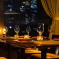 店内はシックな雰囲気のある落ち着いた空間が広がっています。柔らかな照明の光が漂う空間は、デートや女子会にも大好評いただいております。当店イチオシのお料理とお酒と共に皆さまでお楽しみください。
