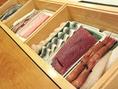 その日の一番を並べます。カウンターで食材を見ながら注文するのも寿司屋の楽しみのひとつ。
