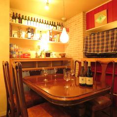 温かみのある照明の元に、穏やかで落ち着いたひと時をお過ごしいただけます。飴色のテーブル席は親しい友人と過ごすにはぴったり。今日の話題は美味しいワイン、お料理、心行くまでお楽しみください。一日頑張った自分へのご褒美にも。