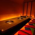 大人数でのお食事もお楽しみいただけるテーブル席もご用意しております。落ち着いた空間の中で上質なお肉とお酒をお楽しみください!