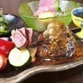 料理メニュー写真自家製 【牛すじ煮込みデミグラス 和牛ハンバーグとステーキの満腹御膳】