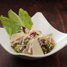 料理メニュー写真鶏生ハムのシーザーサラダ