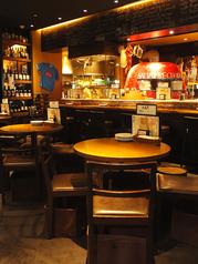 シックな雰囲気の中でお食事をお愉しみいただけるお席です。こだわりの店内を見渡しながら、ゆったりとお過ごしください
