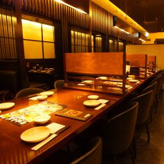 店内中央にある4名様用テーブル席は全4卓。ゆったり座ってお食事を愉しめます