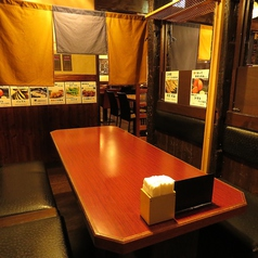 6名様迄のテーブル席。簡単な間仕切り付きのお席です。